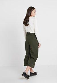 New Look - UTILITY POCKET TIE WAIST CROP - Trousers - dark green - 2