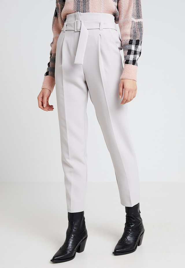 COVERED BUCKLE TROUSER - Broek - pale grey