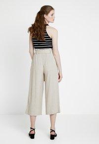 New Look - BERMUDA BUCKLE CROP - Pantalon classique - natural - 2