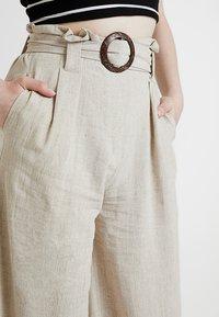 New Look - BERMUDA BUCKLE CROP - Pantalon classique - natural - 4