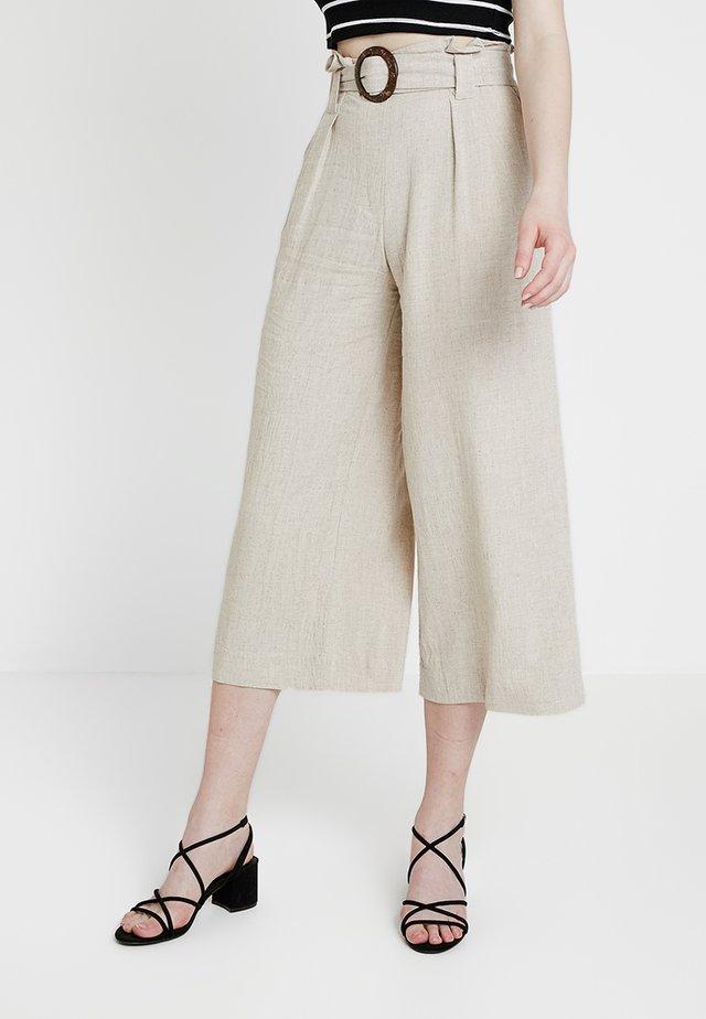 BERMUDA BUCKLE CROP - Trousers - natural