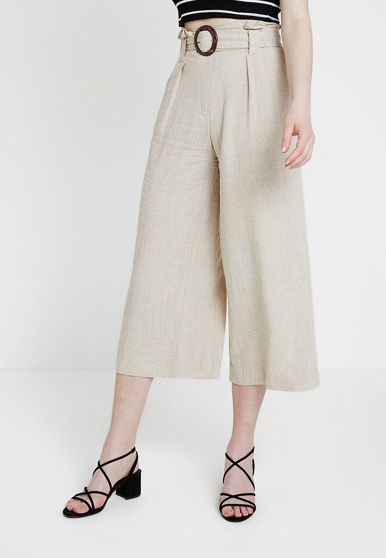 New Look - BERMUDA BUCKLE CROP - Pantalon classique - natural