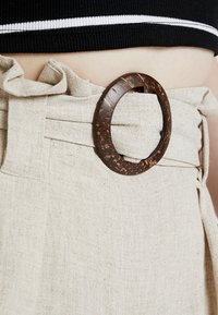 New Look - BERMUDA BUCKLE CROP - Pantalon classique - natural - 6