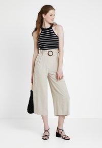 New Look - BERMUDA BUCKLE CROP - Pantalon classique - natural - 1