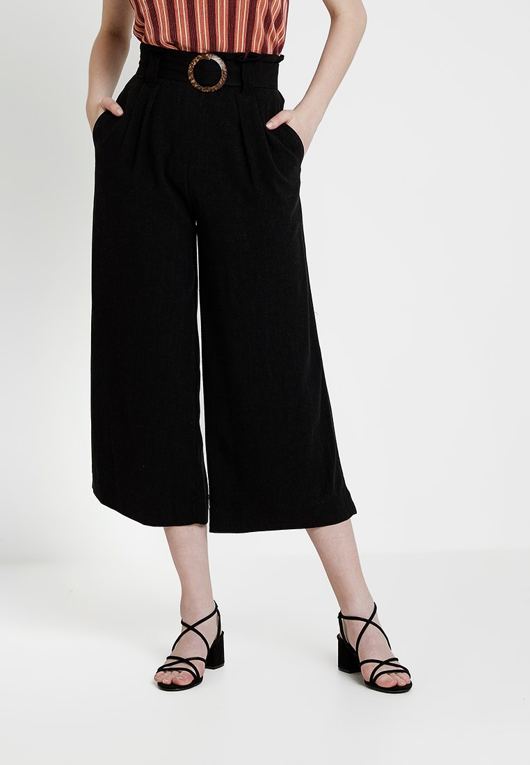 New Look - BERMUDA BUCKLE CROP - Stoffhose - black