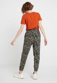New Look - AMANDA CUFF - Spodnie materiałowe - olive - 2