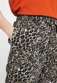 New Look - AMANDA CUFF - Spodnie materiałowe - olive - 4