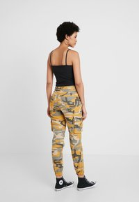 New Look - CAMO UTILITY TROUSER RADAR - Pantaloni - yellow - 2