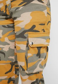 New Look - CAMO UTILITY TROUSER RADAR - Pantaloni - yellow - 4