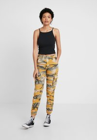 New Look - CAMO UTILITY TROUSER RADAR - Pantaloni - yellow - 1