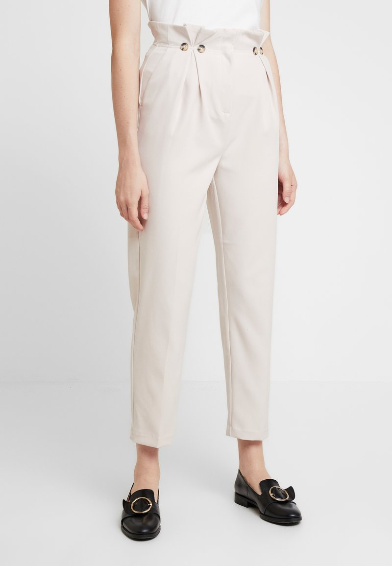 New Look - BUTTON PLEATED TROUSER - Broek - stone