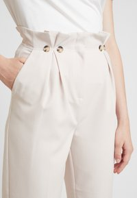 New Look - BUTTON PLEATED TROUSER - Broek - stone - 5