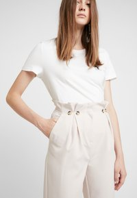 New Look - BUTTON PLEATED TROUSER - Broek - stone - 3