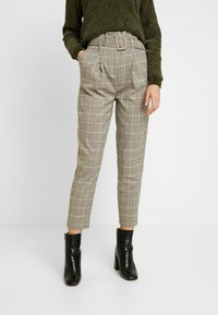 New Look - LOUIS CHECK BUCKLE PBAG - Spodnie materiałowe - brown - 0