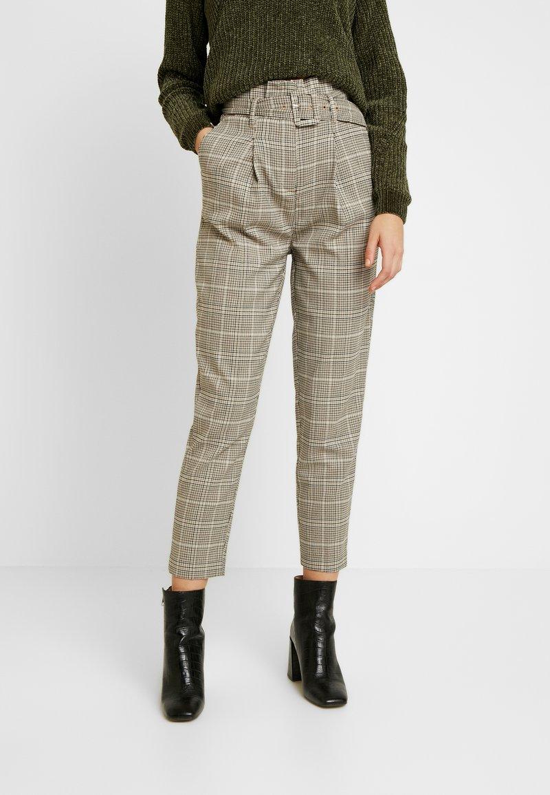 New Look - LOUIS CHECK BUCKLE PBAG - Spodnie materiałowe - brown
