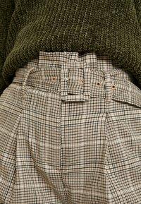 New Look - LOUIS CHECK BUCKLE PBAG - Spodnie materiałowe - brown - 5