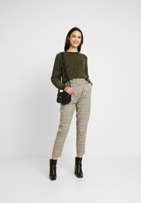 New Look - LOUIS CHECK BUCKLE PBAG - Spodnie materiałowe - brown - 2