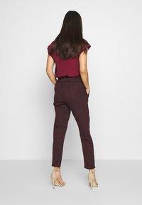 New Look - BERT CHECK TROUSER - Chino kalhoty - dark burgundy - 2
