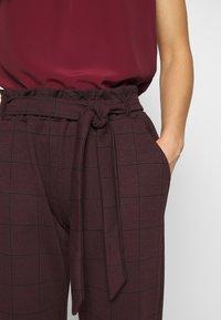 New Look - BERT CHECK TROUSER - Chino kalhoty - dark burgundy - 4