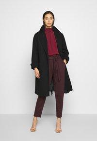 New Look - BERT CHECK TROUSER - Chino kalhoty - dark burgundy - 1