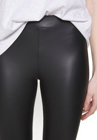 New Look - WET LOOK  - Leggings - black - 5