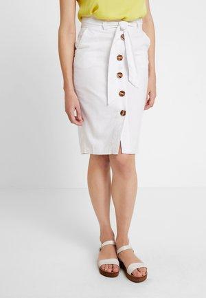 LILA BUTTON THRU  - Spódnica ołówkowa  - white