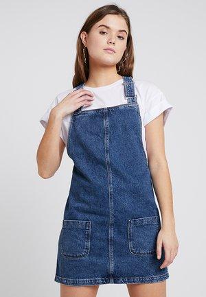 CHARLOTTE BUCKLE PINNY - Vestito di jeans - mid blue