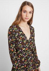 New Look - PENNY DITSY WRAP - Denní šaty - black - 4