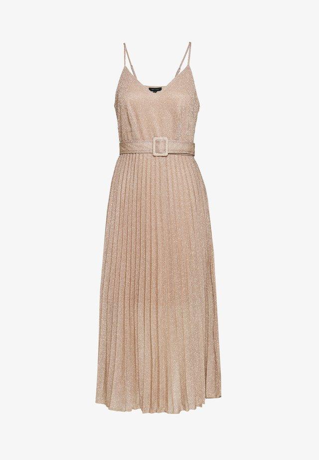 GO SHIMMMER PLEAT BUCKLE BELT MIDI DRESS - Denní šaty - pale pink