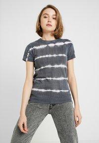 New Look - LINEAR TIE DYE TEE - T-shirts med print - black - 0