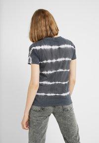 New Look - LINEAR TIE DYE TEE - T-shirts med print - black - 2