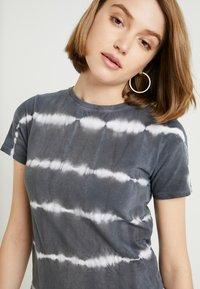 New Look - LINEAR TIE DYE TEE - T-shirts med print - black - 4
