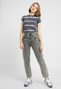 New Look - LINEAR TIE DYE TEE - T-shirts med print - black - 1