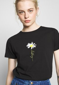 New Look - HAPPY DAISY TEE - Print T-shirt - black - 4