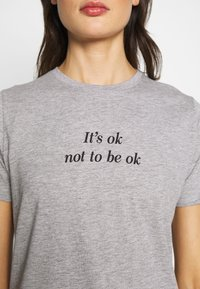 New Look - ITS OK NOT TO BE OK - Print T-shirt - grey - 5