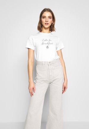 CAKE FOR BREAKFAST TEE - Print T-shirt - white
