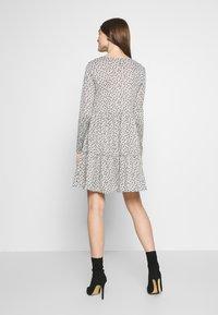 New Look - SPOT SMOCK MINI - Robe pull - grey - 2