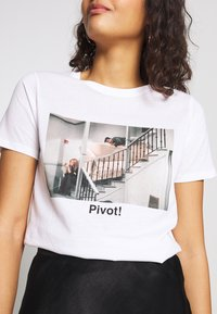 New Look - PIVOT FRIENDS TEE - Print T-shirt - white - 4