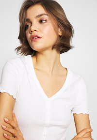 New Look - VARI BUTTON TEE - T-Shirt print - off white - 4