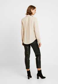 New Look - PLAIN LEAD - Skjorta - camel - 2