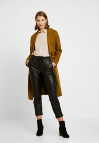 New Look - PLAIN LEAD - Skjorta - camel - 1
