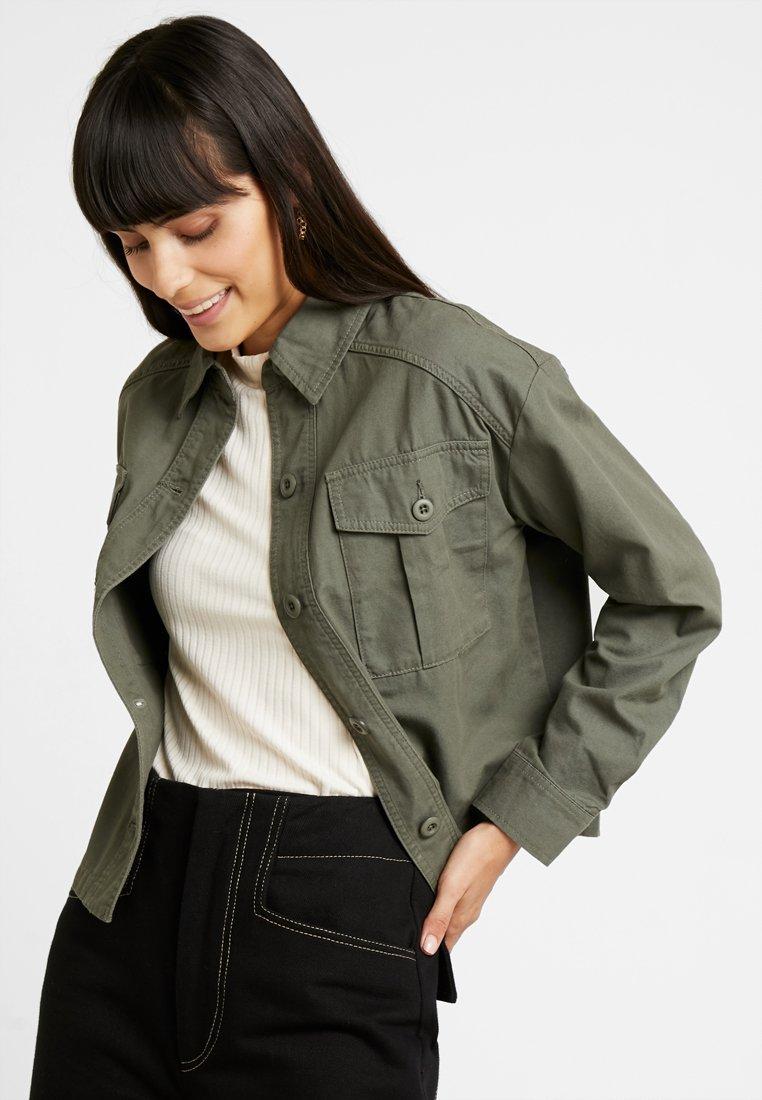 New Look - BONNIE CROPPED UTILITY SHACKET - Leichte Jacke - dark khaki