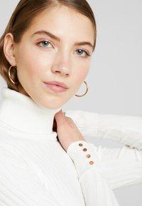 New Look - ROLL - Strikkegenser - off white - 5