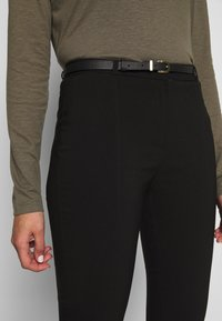 New Look - BELTED BENGALINE SKINNY TROUSERS - Kalhoty - black - 4