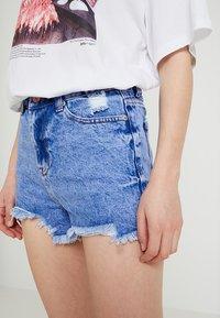 New Look - BERMUDA RIPPED SHORT - Denim shorts - bleach - 5