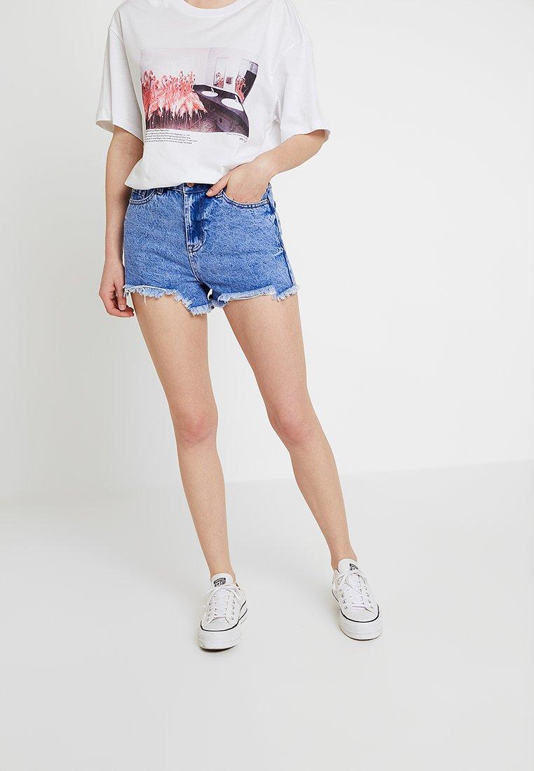 New Look - BERMUDA RIPPED SHORT - Denim shorts - bleach