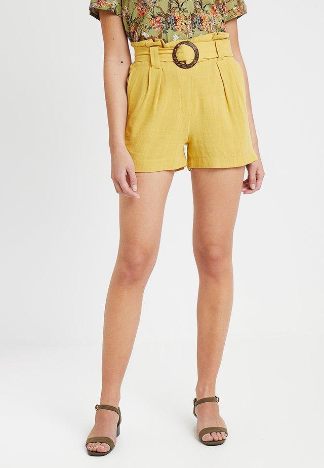 BERMUDA BUCKLE - Shorts - bamboo