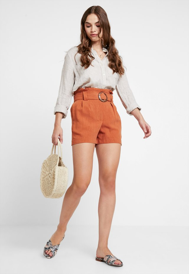 BERMUDA BUCKLE - Shorts - rust