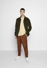 New Look - CHUNKY - Camisa - dark khaki - 1