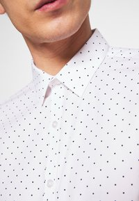 New Look - POLKA DOT - Business skjorter - white - 5